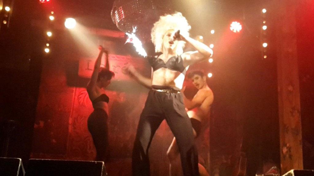 Show burlesque du performer Am☆r dans le cadre du prix Zind-Kala-Wasté 2015